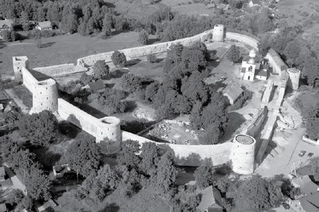Такой увидели путешественники Изборскую крепость.